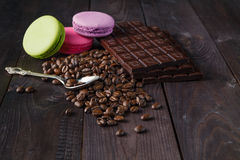 De bonen van de koffie en donkere chocolade Royalty-vrije Stock Afbeelding