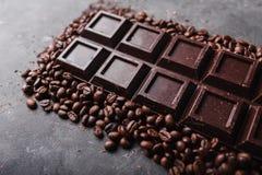 De bonen van de koffie en donkere chocolade Achtergrond met chocolade De bonen van de koffie Stock Afbeeldingen