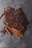 De bonen van de koffie en donkere chocolade Achtergrond met chocolade De bonen van de koffie Pijpjes kaneel en steranijsplant Royalty-vrije Stock Foto