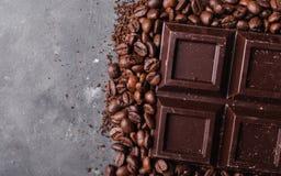 De bonen van de koffie en donkere chocolade Achtergrond met chocolade De bonen van de koffie Pijpjes kaneel en steranijsplant Stock Afbeelding
