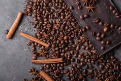 De bonen van de koffie en donkere chocolade naadloze achtergrond Achtergrond met chocolade Stock Foto's