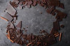 De bonen van de koffie en donkere chocolade naadloze achtergrond Achtergrond met chocolade De bonen van de koffie Royalty-vrije Stock Foto's