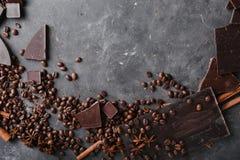 De bonen van de koffie en donkere chocolade naadloze achtergrond Achtergrond met chocolade De bonen van de koffie Pijpjes kaneel  Stock Foto