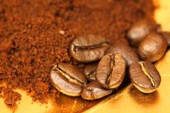 De bonen van de koffie en gemalen koffie Royalty-vrije Stock Foto