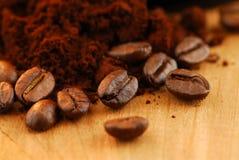 De bonen van de koffie en grondkoffie Stock Foto