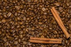 De bonen van de koffie en kaneelachtergrond Royalty-vrije Stock Afbeeldingen