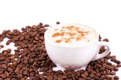 De bonen van de koffie en kop van koffieachtergrond stock fotografie