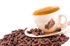 De bonen van de koffie en kop van koffieachtergrond stock foto's