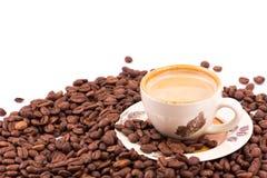 De bonen van de koffie en kop van koffieachtergrond stock afbeelding