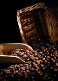 De bonen van de koffie en lepel