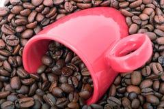 De Bonen van de koffie en mok stock foto's