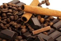 De bonen van de koffie en pijpjes kaneel op chocoladereep Stock Afbeeldingen