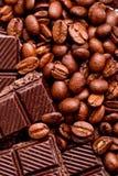 De bonen van de koffie en zwarte chocolade Stock Foto's