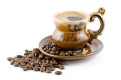 De bonen van de koffie en zwarte koffie in een kop Stock Foto