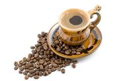 De bonen van de koffie en zwarte koffie in een kop Royalty-vrije Stock Fotografie