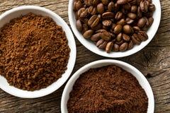 De bonen van de koffie, grondkoffie en onmiddellijke koffie stock foto's