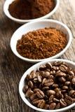 De bonen van de koffie, grondkoffie en onmiddellijke koffie stock afbeelding