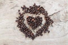 De bonen van de koffie in hartvorm Stock Afbeeldingen