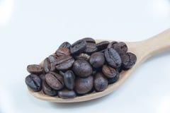 De bonen van de koffie in houten lepel Royalty-vrije Stock Afbeeldingen