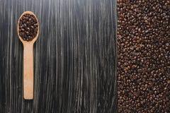De bonen van de koffie in houten lepel Royalty-vrije Stock Foto