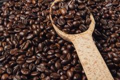 De bonen van de koffie in houten lepel Stock Afbeelding