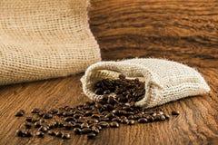 De bonen van de koffie in jutezak Royalty-vrije Stock Afbeelding