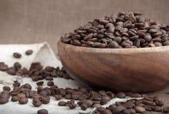 De bonen van de koffie in kom Stock Foto