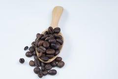 De bonen van de koffie in lepel Stock Afbeeldingen