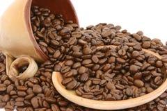 De bonen van de koffie met kop en plaat Stock Foto's