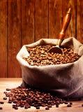 De Bonen van de koffie op de Zak van de Jute Stock Afbeeldingen