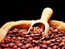 De Bonen van de koffie op de Zak van de Jute Royalty-vrije Stock Fotografie