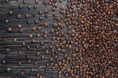 De bonen van de koffie op donkere achtergrond Stock Afbeeldingen
