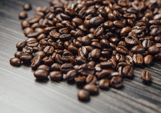 De bonen van de koffie op donkere achtergrond Royalty-vrije Stock Foto