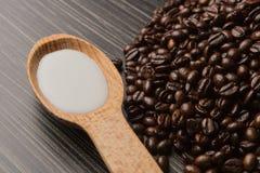 De bonen van de koffie op donkere achtergrond Stock Fotografie