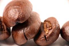 De bonen van de koffie op een witte achtergrond Royalty-vrije Stock Afbeelding