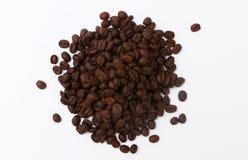 De bonen van de koffie op een witte achtergrond Stock Fotografie