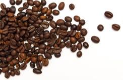 De bonen van de koffie op een witte achtergrond stock afbeeldingen
