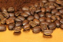 De bonen van de koffie op gouden plaat Royalty-vrije Stock Fotografie