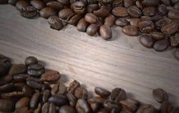 De Bonen van de koffie op hout Stock Fotografie