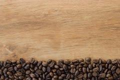 De bonen van de koffie op houten achtergrond Royalty-vrije Stock Fotografie