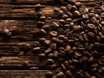De bonen van de koffie op houten achtergrond Stock Foto