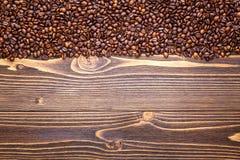 De bonen van de koffie op houten achtergrond Royalty-vrije Stock Foto