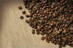 De bonen van de koffie op jute Royalty-vrije Stock Foto