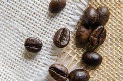 De bonen van de koffie op jute Stock Afbeelding