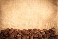 De bonen van de koffie op jutemateriaal Stock Foto's