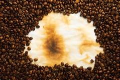 De bonen van de koffie op oud document Stock Foto's