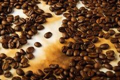 De bonen van de koffie op oud document Stock Foto