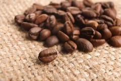 De bonen van de koffie op stapel Royalty-vrije Stock Afbeelding