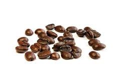 De bonen van de koffie op witte achtergrond Stock Afbeeldingen