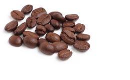 De bonen van de koffie op witte achtergrond Stock Fotografie